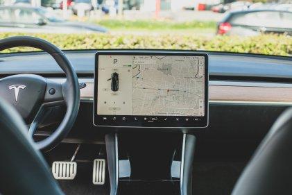 Собственик на Tesla: неправомерно премахнатите от разстояние екстри бяха възстановени