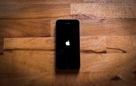 Apple глобена заради забавянето при старите модели iPhone